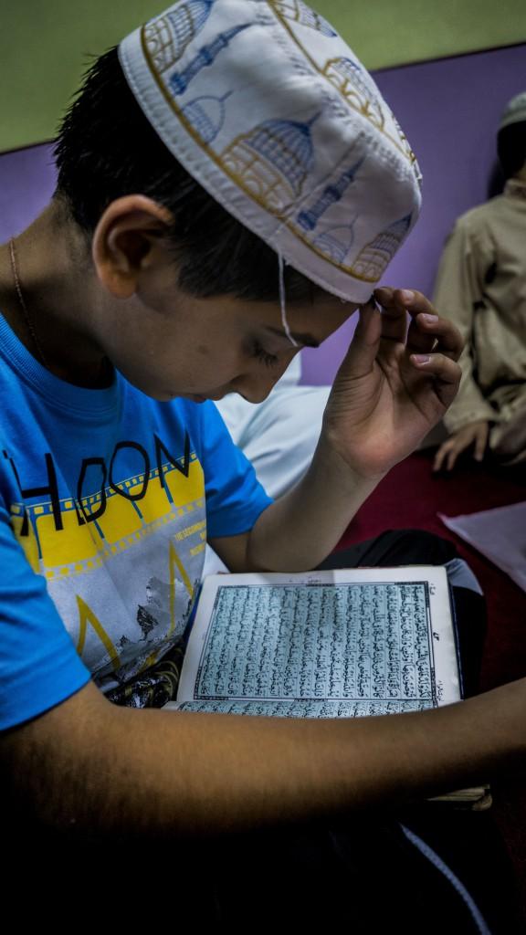 簡沙文一直低頭誦讀可蘭經,和大部分同區小朋友一樣,每天放學後他必定準時前往清真寺上課,學習經中教義及自律告誡。