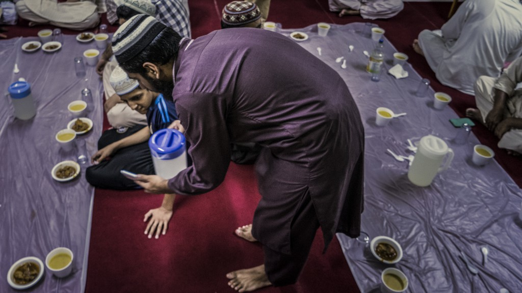 每一頓盛宴中都沒有明確的角色分工,Numan只是隨心而為,視清真寺為家一般招呼所有信徒。