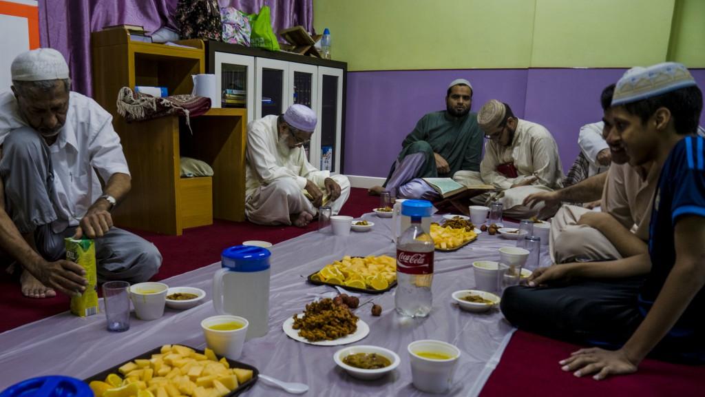 別以為餓了大半天,食量就一定會比平日大增。在習慣了禁食以後,一般穆斯林都能夠憑信念抵抗飢餓感,節制個人食慾。