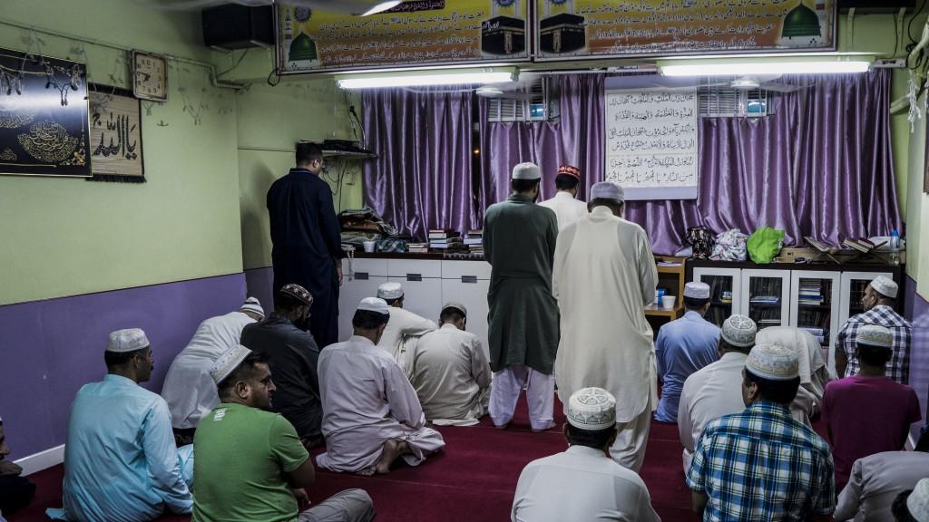 在阿訇(紅帽者)的帶領下,穆斯林逐一進入領悟狀態,或求懺悔,或求心靈平靜。