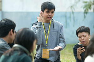 Bryan正與組員討論拍攝事宜 Bryan was discussing the short film production with his group mates
